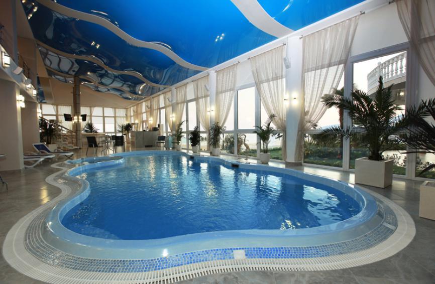 Крытый бассейн в SPA-центре...