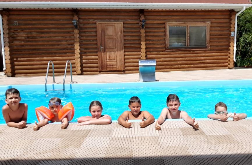 Занятия в детском открытом бассейне.