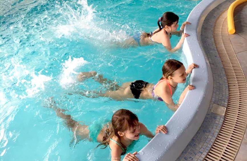 Занятия в крытом бассейне СПА-центра