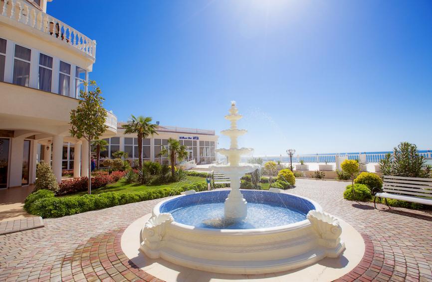Вид на наш отель в мае: синее-синее небо, ласковое майское солнце