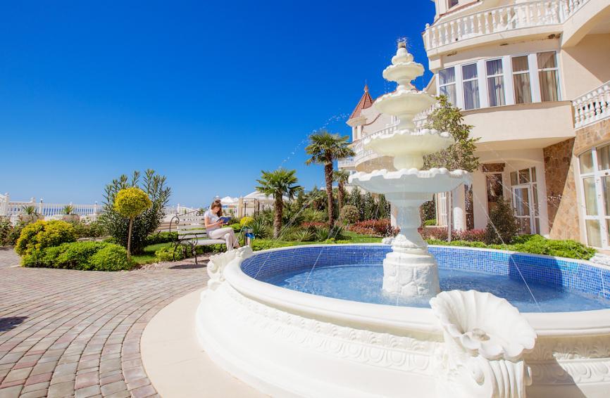Белоснежный фонтан во дворике